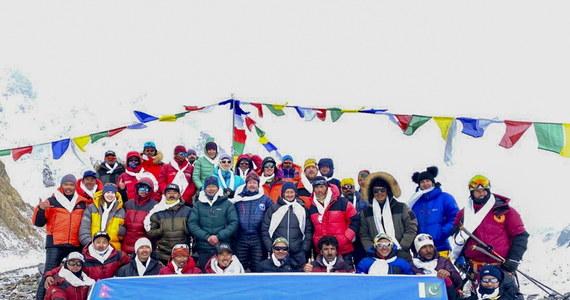 Dziesięciu Nepalczyków, którzy w sobotę jako pierwsi na świecie zdobyli zimą K2 (8611 m) w Karakorum, dotarło w niedzielę wieczorem czasu lokalnego do bazy - przekazał na Facebooku kierownik ekspedycji komercyjnej Seven Summit Treks Chhang Dawa Sherpa.