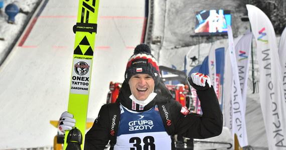 Wielkie emocje w Zakopanem. W konkursie indywidualnym Pucharu Świata polskim skoczkom nie udało się stanąć na podium. Najlepiej poszło Andrzejowi Stękale, który zajął piąte miejsce. Zwyciężył Marius Lindvik. Drugie miejsce zajął Anze Lanisek, a trzeci był Robert Johansson.