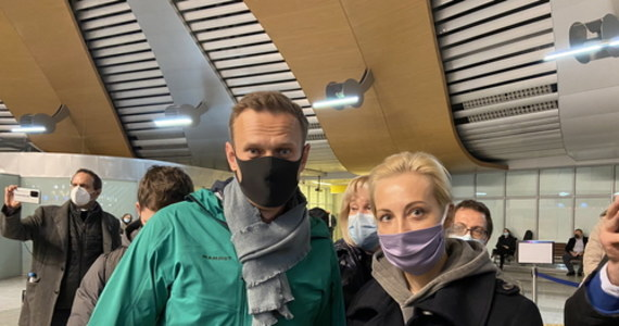 Rosyjski opozycjonista Aleksiej Nawalny spędził noc z niedzieli na poniedziałek na komisariacie policji w Chimkach pod Moskwą. Policja nie dopuściła do niego adwokatów. Mają oni nadzieję spotkać się z opozycjonistą w poniedziałek rano. Nawalny został zatrzymany zaraz po kontroli paszportowej na lotnisku, po tym jak w niedziele wylądował w Rosji, wracając z Berlina.