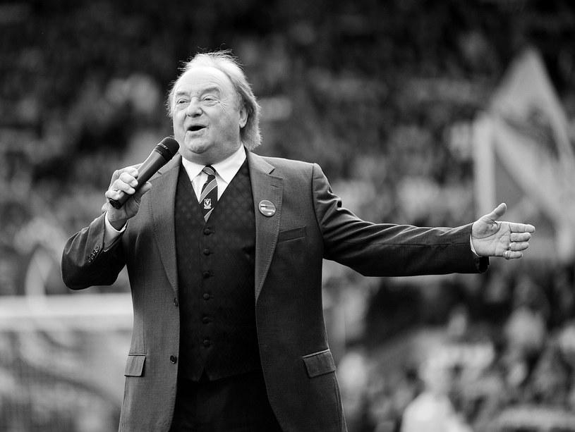 """W rodzinnym Liverpoolu odbył się pogrzeb Gerry'ego Marsdena, wokalisty znany z zespołu Gerry & The Pacemakers (wielki przebój """"You'll Never Walk Alone"""", który został hymnem kibiców piłkarskiego klubu FC Liverpool). Z powodu ograniczeń związanych z pandemią koronawirusa uroczystość miała bardzo kameralny charakter."""