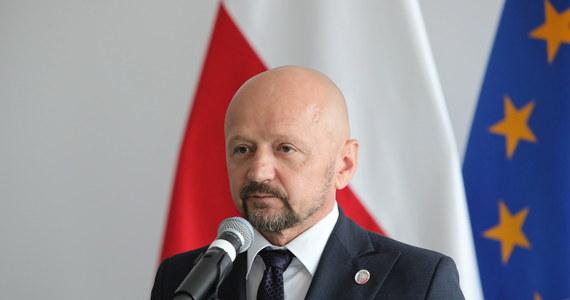 Senator Jacek Bury występuje z klubu KO i będzie reprezentował ruch Polska 2050 - oświadczył lider ruchu Szymon Hołownia. Jak dodał, senator Bury jest duchem, który lubi wygrywać, a właśnie takiego ducha potrzeba po opozycyjnej stronie.