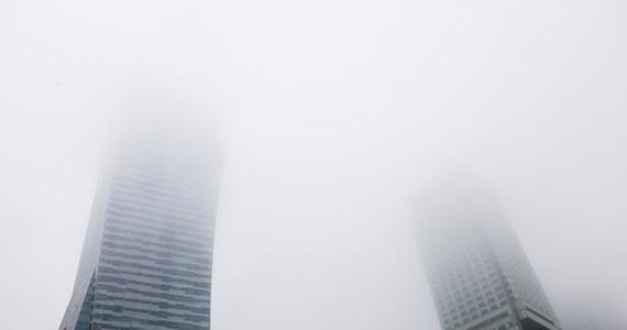 Ponad 20 stopni Celsjusza poniżej zera i wielokrotnie przekroczone normy zanieczyszczeń powietrza: w nowy tydzień weszliśmy z mrozami i smogiem. Fatalnie oddychało się o poranku w Warszawie i okolicach: w jednej z podwarszawskich miejscowości zanotowano stężenie najbardziej szkodliwego dla nas pyłu PM2,5 na poziomie 1400 procent normy. Bardzo złe było przed południem powietrze również w innych regionach kraju. W niektórych powiatach w Śląskiem normy przekroczone zostały nawet 10-krotnie.