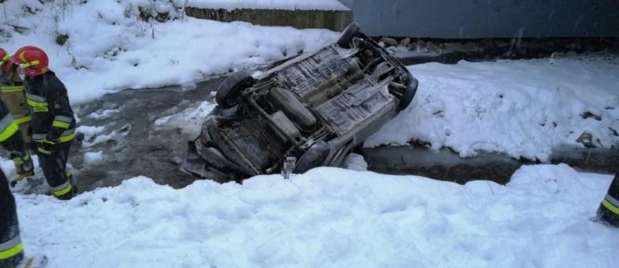 Do szpitala z urazem kręgosłupa trafiła 20-latka ranna w wypadku w Mchawie na Podkarpaciu. Jej auto spadło z wiaduktu do rzeki i wylądowało na dachu.