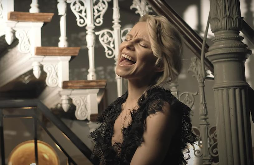 """""""Klip do piosenki 'Puść' gotowy. Powstał w ekspresowym tempie, tak jak sama piosenka i jej nagranie"""" - mówi Alicja Janosz o swojej nowej muzycznej propozycji."""