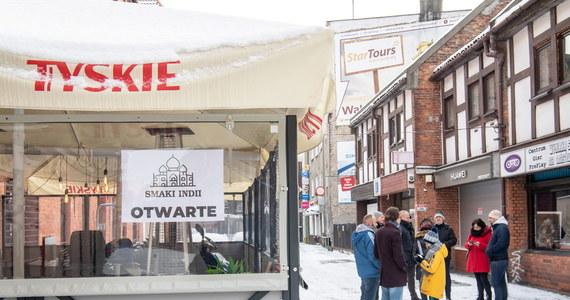 Od dziś - wbrew rządowym rozporządzeniom - działalność wznawiają kolejne firmy, zwłaszcza na południu Polski. Chodzi głównie o siłownie, restauracje i hotele. W weekend te biznesy były kontrolowane i – jak zapowiada sanepid – inspektorzy będą teraz częściej odwiedzać wszystkie te przedsiębiorstwa, które otworzą się mimo zakazów.