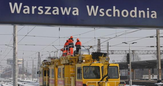 Olbrzymie utrudnienia na kolei w Warszawie. Wszystko przez serię awarii na torach w stolicy. Na stacji Warszawa Wschodnia zerwana jest trakcja i popsute rozjazdy. Na Warszawie Zachodniej popsute są urządzenia sterujące.