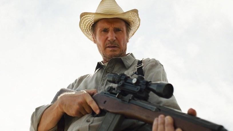 """Podczas gdy większość premier filmowych przekładana jest z powodu pandemii na czas późniejszy, Liam Neeson robi swoje i regularnie dostarcza kinowej rozrywki. Kolejny, drugi już film z jego udziałem, który zadebiutował w kinach w trakcie pandemii, to sensacyjny """"The Marksman"""". Był on w miniony weekend najchętniej oglądaną pozycją w północnoamerykańskich kinach i zdetronizował dotychczasowego lidera, komiksowe widowisko """"Wonder Woman 1984""""."""