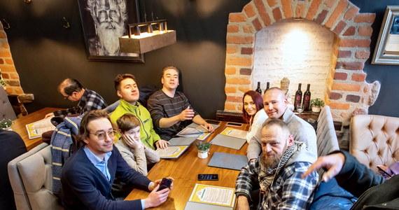 Jeszcze w lutym możliwe jest otwarcie najmocniej dotkniętych kryzysem branż: taki - bardzo zawoalowany - sygnał wysłał do przedsiębiorców premier Mateusz Morawiecki. Chodzi o restauracje, siłownie i hotele.