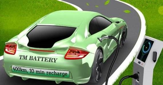 """Niedroga bateria o dużej pojemności, zapewniająca samochodom duży zasięg, do tego szybka w ładowaniu. To brzmi jeszcze zbyt pięknie, by było możliwe? A jednak naukowcy i inżynierowie z Pennsylvania State University przekonują, że to realne. I to już niedługo. Wszystko dzięki zastosowaniu odpowiednio zmodyfikowanych akumulatorów litowo-żelazowo-fosforanowych. Jak pisze w najnowszym numerze czasopismo """"Nature Energy"""" taka bateria po 10 minutach ładowania pozwoli na przejechanie nawet 400 kilometrów."""