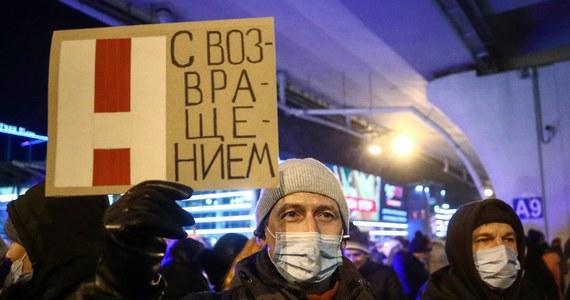Rosyjski opozycjonista Aleksiej Nawalny pozostanie w areszcie śledczym Matrosskaja Tiszyna do 15 lutego - zdecydował sąd. Jego posiedzenie odbyło się na komisariacie policji w Chimkach pod Moskwą, gdzie Nawalnego przewieziono po aresztowaniu w niedzielę na lotnisku Szeremietiewo. Krytyk Kremla został zatrzymany po wylądowaniu na rosyjskim lotnisku po przylocie z Berlina. W Niemczech przebywał na leczeniu po próbie otrucia go środkiem bojowym z grupy Nowiczok w Rosji.
