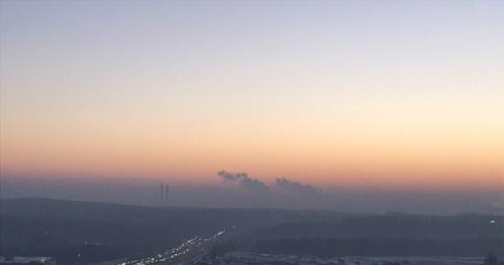 W wielu miastach w kraju m.in. w Warszawie, Łodzi, Poznaniu czy Wrocławiu jakość powietrza jest zła lub bardzo zła. Oznacza to, że w powietrzu jest wysokie stężenie szkodliwych pyłów zawieszonych. Mieszkańcom tych miast zaleca się unikanie wychodzenia na zewnątrz.