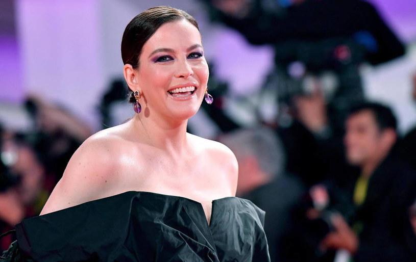 Ostatnią z hollywoodzkich gwiazd, które przyznały się do tego, że chorowały na koronawirusa, jest Liv Tyler. Aktorka poinformowała, że o pozytywnym wyniku testu na koronawirusa dowiedziała się w sylwestra. Przez 10 dni musiała być odizolowana od rodziny, gdyż jej bliscy byli zdrowi.