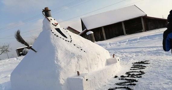 Zima wróciła do Polski. Na naszą skrzynkę mailową dostaliśmy zdjęcie bałwana, którego ulepili mieszkańcy Łoniowej w województwie małopolskim. Bałwan jest ogromny! Ma 3,7 m szerokości i ponad 3,5 m wysokości. Zobaczcie zdjęcia.