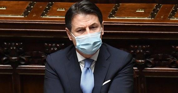 Rząd Włoch kierowany przez Giuseppe Contego otrzymał wotum zaufania w Izbie Deputowanych w poniedziałek. Zwrócił się o nie po tym, gdy gabinet został osłabiony w wyniku wyjścia z koalicji ugrupowania Italia Viva byłego premiera Matteo Renziego.