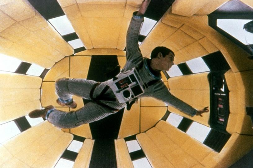 """Prawdziwą odyseję przebyła kompozycja Mike'a Kaplana, który ponad pół wieku temu został poproszony przez Stanleya Kubricka o napisanie piosenki na ścieżkę dźwiękową filmu """"2001: Odyseja kosmiczna"""". Młody wówczas muzyk utwór skomponował, ale legendarny reżyser finalnie zrezygnował z umieszczenia go w filmie. Kompozycja czekała ponad 50 lat na to, by ktoś ją usłyszał."""