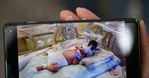W poród zaangażowanych było 30 osób, cała piątka przyszła na świat w niespełna kwadrans - w poznańskim szpitalu przy ulicy Polnej na świat w poniedziałek przyszły pięcioraczki. To Anastazja, Klara, Laura, Wiktoria i Maksymilian. Najmniejsza z rodzeństwa ma 700 gramów.