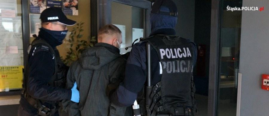 Aż osiem osób zatrzymano w sprawie śmierci mężczyzny, którego ciało znaleziono kilka dni temu w Żorach na Śląsku. Zarzuty postawiono pięciu podejrzanym. Cztery osoby są tymczasowo aresztowane.