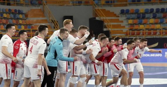 Fantastyczny mecz polskich piłkarzy ręcznych! Biało-czerwoni wręcz znokautowali Brazylijczyków 33:23 (do pierwszej połowy 13:11). Nasi szczypiorniści jednak już wcześniej zapewnili sobie awans do drugiej rundy turnieju. Wszystko dzięki porażce Tunezji z Hiszpanią 30:36 (14:17).
