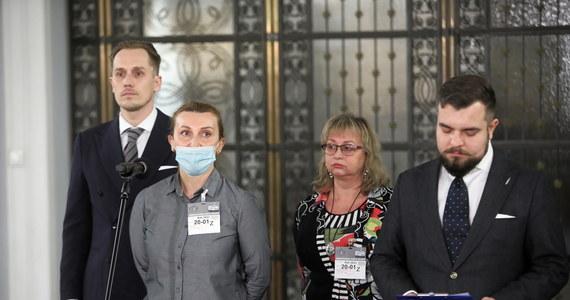 """""""Jesteście mordercami, jesteście mordercami gospodarki"""" – zwrócił się do rządzących poseł Konfederacji Konrad Berkowicz. Parlamentarzysta wystąpił w Sejmie na konferencji w towarzystwie restauratorek z Krakowa, które opowiadały o swojej trudnej sytuacji."""