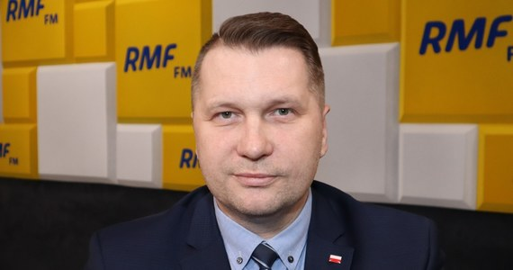 """""""Jest szansa na powrót uczniów do szkół w lutym"""" – powiedział w Porannej rozmowie w RMF FM Przemysław Czarnek. Minister edukacji i nauki zaznaczył jednak, że ta decyzja będzie podejmowana w oparciu o aktualne dane dotyczące rozwoju pandemii koronawirusa w Polsce. """"Jak obserwujemy to, co się dzieje w ostatnich kilkunastu dniach, to dzienne liczby zakażonych są dość stabilne i na niższym poziomie niż się spodziewaliśmy"""" – zaznaczył gość Roberta Mazurka dodając, że w pierwszej kolejności do nauczania stacjonarnego w szkołach wrócą ósmoklasiści i maturzyści."""