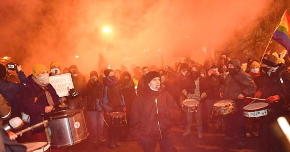 Na ulice Warszawy wróciły antyrządowe protesty. Manifestujący podkreślali, że to otwarcie całkowicie nowego sezonu demonstracji. Zapewniali też, że mimo braku protestów w ostatnim czasie, bunt nie przygasł. Kilkanaście osób zostało zatrzymanych.