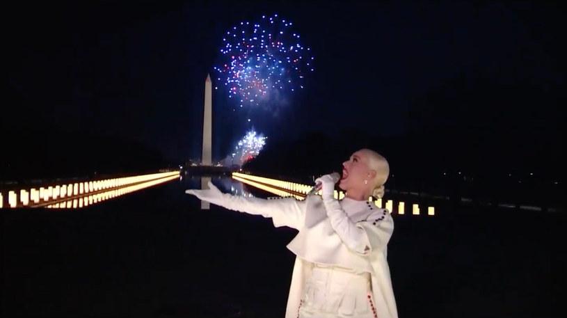 Występy Bruce'a Springsteena, Johna Legenda i Katy Perry sprzed Mauzoleum Abrahama Lincolna uświetniły w środę wieczorem wirtualny koncert na zwieńczenie inauguracji Joe Bidena. Nowy prezydent USA wraz z małżonką Jill podziwiał kończące uroczystości fajerwerki nad Pomnikiem Waszyngtona z Białego Domu.