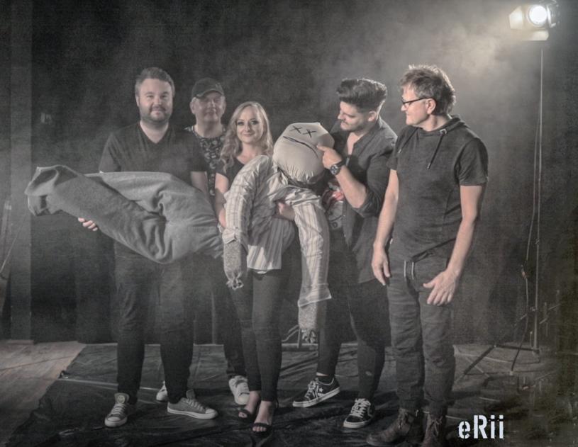 """Styczeń to nie tylko czas realizacji noworocznych postanowień, ale również idealny moment na premiery. Powiewem świeżości jest poznańska grupa eRii, która nie boi się wejść w 2021 z przytupem, choć paradoksalnie ich nowy utwór nosi tytuł """"Strach""""."""