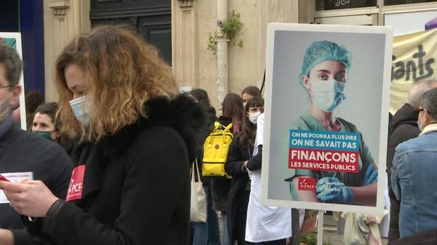 Kilkudziesięciu pracowników służby zdrowia zbiera się przed francuskim ministerstwem zdrowia w Paryżu. Domagają się podwyżki wynagrodzeń uzgodnionej przez rząd w 2020 roku.