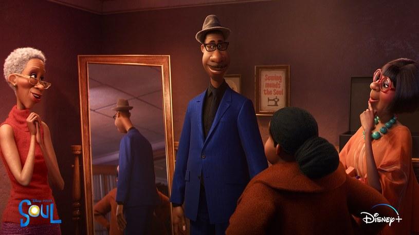"""Najnowsza animacja Disneya i studia Pixar """"Co w duszy gra"""" opowiada historię czarnoskórego muzyka, który prowadzi zespół muzyczny w jednym z gimnazjów. Głosu głównemu bohaterowi użycza Jamie Foxx. Film, który pod koniec ubiegłego roku miał premierę na platformie Disney+, pojawił się też w tych europejskich krajach, w których jest ona dostępna. Oprócz zachwytu krytyków, wzbudził jednak kontrowersje za sprawą dubbingujących głównego bohatera filmu """"Co w duszy gra"""" białych aktorów."""