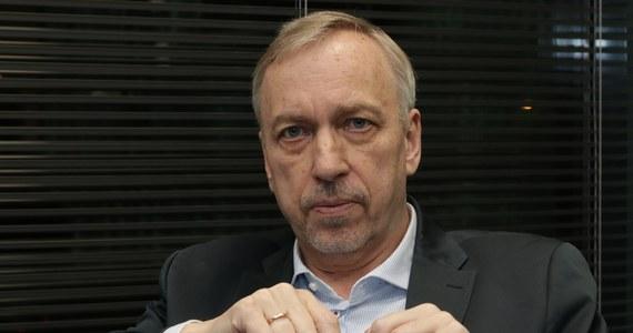 """""""Nie sądzę, żeby to były odejścia grupowe. To przemieszczanie się osób pomiędzy formacjami miałoby poważne znaczenie, gdyby Joanna Mucha czy Jacek Bury przeszli do PiS-u"""" - mówił na antenie RMF FM senator Koalicji Obywatelskiej, Bogdan Zdrojewski. Gość Popołudniowej rozmowy w RMF FM podkreślił, że Szymon Hołownia nie jest głównym przeciwnikiem Platformy Obywatelskiej czy Koalicji Obywatelskiej. """"Być może, gdyby był (Szymon Hołownia – przyp. red.) w Sejmie, byłby w KO. Ważne jest, aby zastosować pewien mechanizm powściągliwości w takich ocenach, bo on generalnie może grozić opozycji"""" – dodał Zdrojewski."""