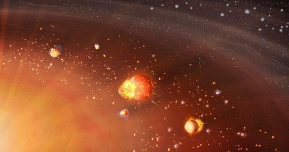 """Międzynarodowy zespół naukowców prezentuje nową hipotezę dotyczącą procesu formowania się Układu Słonecznego. W artykule opublikowanym na łamach czasopisma """"Science"""" badacze z Wielkiej Brytanii, Niemiec i Szwajcarii przekonują, że nasz układ planetarny powstał w dwóch etapach, co może wyjaśnić nierównomierny rozkład pierwiastków w jego wewnętrznym i zewnętrznym rejonie."""