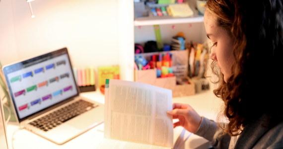 """Jak zmieni się świat po pandemii koronawirusa? To temat prac w konkursie organizowanym przez Fundację Collegium Civitas przy współpracy Związku Nauczycielstwa Polskiego. Udział mogą wziąć w nim uczniowie klas maturalnych. Hasło konkursu brzmi: """"Po pandemii: inny świat, gorszy świat, lepszy świat?""""."""