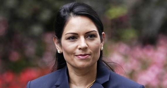 Szefowa MSW Wielkiej Brytanii Priti Patel oświadczyła w czwartek, że jest za wcześnie, by Brytyjczycy mogli przygotowywać się na koniec lockdownu i planować wakacje. Ostrzegła, że policja będzie karać osoby łamiące przepisy związane z pandemią koronawirusa.