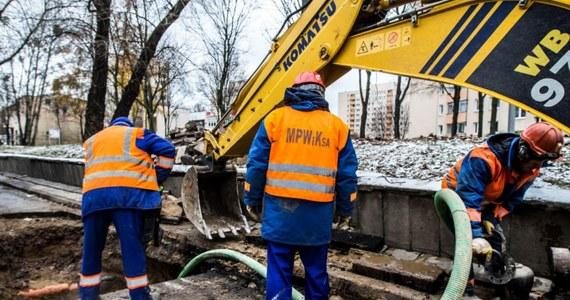 W Warszawie doszło do awarii wodociągów. W efekcie część mieszkańców w jedenastu dzielnicach stolicy nie ma wody w kranach.