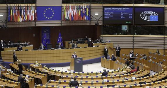 """""""Jest poważny powód do niepokoju z powodu nowych wariantów koronawirusa"""" – powiedziała po wideoszczycie szefów  państw i rządów szefowa KE Ursula von der Leyen. UE wprowadza nowe środki ostrożności, by powstrzymać rozprzestrzenianie się tych wariantów."""