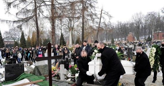 """Na cmentarzu w Piekarach Śląskich spoczęła 13-letnia Patrycja z Bytomia, do zabicia której przyznał się jej 15-letni kolega. """"Na każdym etapie twojego życia zawsze towarzyszył nam twój uśmiech, spontan i mnóstwo energii. Nawet jak byliśmy już zmęczeni, ty potrafiłaś nas na nogi postawić"""" - żegnali nastolatkę jej rodzice."""