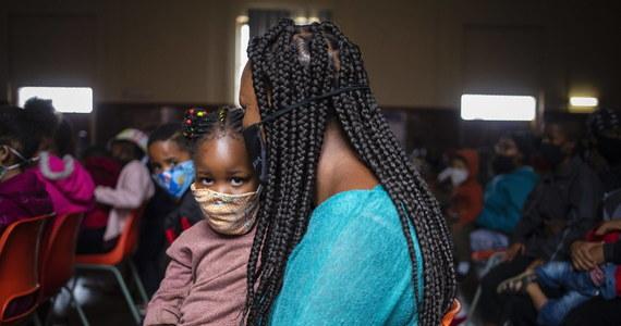 """Dyrektor generalny WHO Tedros Adhanom Ghebreyesus oświadczył, że na kontynent afrykański nie dotarła jeszcze ani jedna zachodnia szczepionka przeciw Covid-19. """"Czeka na nie 1,3 mld ludzi. Świat znajduje się na krawędzi katastrofalnej porażki moralnej"""" - cytuje Ghebreyesusa portal BBC."""