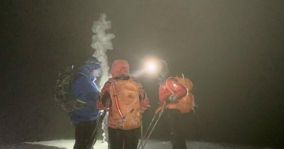 Ratownicy TOPR sprowadzili do Zakopanego z Przełęczy Małołąckiej w Tatrach turystę, który w trudnych warunkach nie mógł odnaleźć szlaku. Czekał na ratunek w wykopanej przez siebie jamie śnieżnej.
