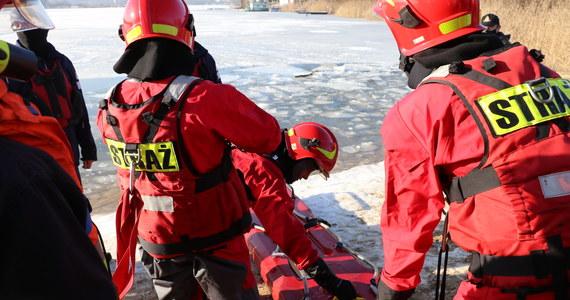Na krakowskich Bagrach odbyły się ćwiczenia strażaków połączone z pokazem ratownictwa lodowego. Zobaczcie nagranie.