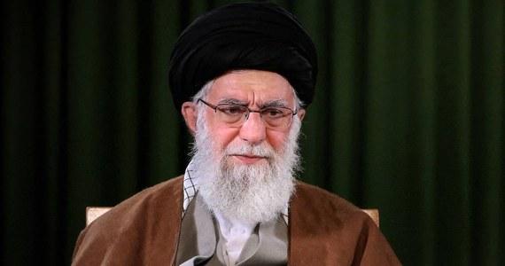 Twitter zawiesił w piątek jedno z kont związanych z najwyższym przywódcą Iranu ajatollahem Alim Chameneiem po zamieszczeniu tam wpisu zapowiadającego zemstę na byłym prezydencie USA Donaldzie Trumpie w związku z zabójstwem irańskiego generała Kasema Sulejmaniego.