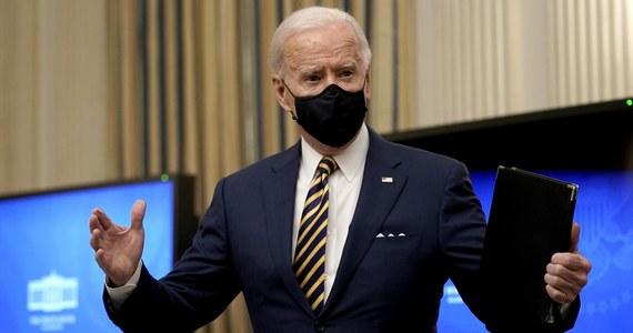 """Prezydent USA Joe Biden wezwał w piątek rząd do podjęcia """"zdecydowanych i odważnych"""" działań, by wesprzeć Amerykanów dotkniętych przez kryzys gospodarczy wywołany pandemią Covid-19. Szef państwa podpisał rozporządzenie poszerzające program bonów żywnościowych."""