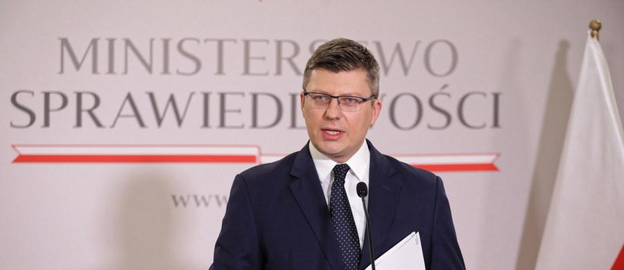 """""""Wystąpiłem w dniu dzisiejszym do ministra sprawiedliwości Wielkiej Brytanii z wnioskiem o przekazanie naszego rodaka do Polski, z wnioskiem o rozpoczęcie procedury wdrożenia w życie prawomocnego i wykonalnego orzeczenia naszego sądu wydanego wczoraj"""" - poinformował wiceminister sprawiedliwości Marcin Warchoł.  """"A ponadto, wystąpiłem do ministra zdrowia Wielkiej Brytanii z wnioskiem o ponowne przyłączenie naszego rodaka do aparatury podtrzymującej życie. Szpital, w którym się on znajduje, jest bowiem szpitalem podlegającym rządowi brytyjskiemu"""" - dodał. Chodzi o mężczyznę przebywającego w szpitalu w Plymouth, u którego z powodu zatrzymania akcji serca doszło do uszkodzenia mózgu. Na odłączenie od aparatury zgodziła się mieszkająca za granicą rodzina Polaka. Z kolei matka i siostra mężczyzny, które przebywają w Polsce, nie wyraziły na to zgody."""