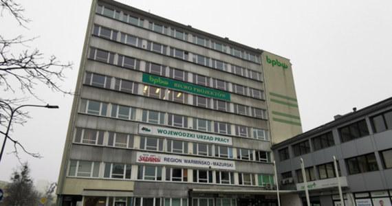 """Policja zatrzymała mężczyznę podejrzewanego o napad na kantor przy ul. Głowackiego w centrum Olsztyna. Wczoraj wieczorem zamaskowany bandyta postrzelił dwoje pracowników biura i ukradł złoto warte niemal pół miliona złotych. """"Sytuacja wymknęła się spod kontroli. Sprawca nie spodziewał się chyba trzech osób: spodziewał się, że w biurze będzie jedna osoba, tak jak zawsze. I wykonał jakieś desperackie ruchy"""" – powiedział reporterowi RMF FM Piotrowi Bułakowskiemu właściciel kantoru Dawid Muszyński."""
