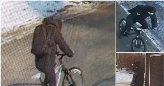 Komenda Miejska Policji w Gdańsku opublikowała wizerunki trzech osób, które w piątek napadły na sklep jubilerski we Wrzeszczu. Mundurowi proszą o kontakt osoby, które mogą mieć jakąkolwiek wiedzę na temat sprawców tego zdarzenia.