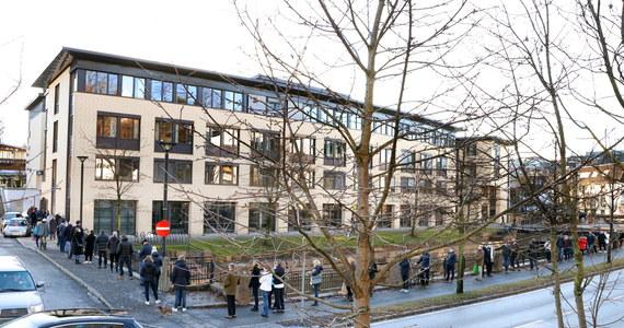 Oslo wprowadza drastyczne restrykcje, związane z ogniskiem brytyjskiej mutacji koronawirusa. Do końca miesiąca w stolicy Norwegii oraz 9 sąsiednich gminach zamknięte będą sklepy, siłownie, szkoły przechodzą na naukę zdalną. Po ogłoszeniu decyzji przez rząd przed sklepami monopolowymi ustawiły się kolejki chętnych za zakup alkoholu.