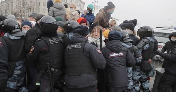 """Dziesiątki tysięcy ludzi wyszły na ulice kilkudziesięciu miast w całej Rosji, domagając się uwolnienia aresztowanego opozycjonisty Aleksieja Nawalnego. Demonstranci przynieśli transparenty m.in. z wizerunkami Nawalnego i wypisanym żądaniem: """"Uwolnić natychmiast"""", skandowali antyputinowskie hasła: """"Putin won!"""" i """"To my tu jesteśmy władzą!"""". Rosjanie protestowali mimo ostrzeżeń władz, że manifestacje są nielegalne. Zatrzymano ponad 3 tys. osób, w tym współpracowników Nawalnego i jego żonę Julię."""