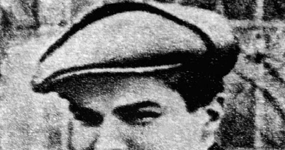 """Po śmierci przyjaciół """"Rudego"""" i """"Alka"""" Tadeusz Zawadzki """"Zośka"""" napisał ok. 20 stron maszynopisu. Stały się inspiracją """"Kamieni na szaniec"""". To on miał być autorem tytułu książki, opisującej działalność grupy Szarych Szeregów w Warszawie w czasie II wojny światowej. Gdyby żył, dziś 24 stycznia ppor. AK Tadeusz Zawadzki """"Zośka"""", bohater """"Kamieni na szaniec, pomysłodawca i uczestnik Akcji pod Arsenałem, skończyłby sto lat."""