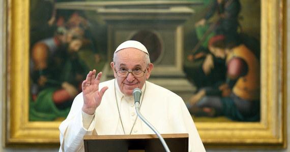 Papież Franciszek, który z powodu ataku rwy kulszowej nie odprawił w niedzielę mszy w Watykanie, zwrócił się w południe do wiernych. Modlił się za bezdomnego, który zmarł z zimna przy placu Świętego Piotra i za rodziny przeżywające trudności.