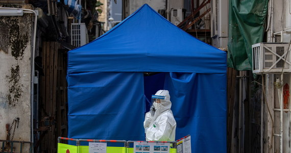 Szef doradzającej rządowi Francji Rady Naukowej prof. Jean-Francois Delfraissy powiedział w niedzielę, że w kraju prawdopodobnie trzeba będzie wprowadzić kolejny lockdown. Rząd ma o tym zdecydować w środę. W ciągu ostatniej doby na Covid-19 zmarły we Francji 172 osoby.