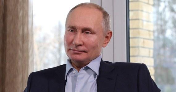 Ludzie mają prawo wyrażać swój punkt widzenia w tych ramach, które wyznaczają przepisy; wszystko to, co wychodzi poza ramy prawa, jest niebezpieczne - oświadczył w poniedziałek prezydent Rosji Władimir Putin, komentując sobotnie protesty w kraju w obronie Aleksieja Nawalnego.